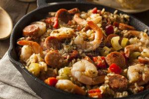 36290323-picante-casera-cajun-jambalaya-con-salchicha-y-camarones